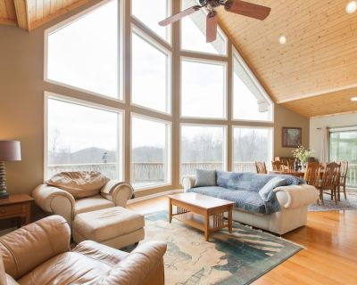 Luxury Mountain Chalet with 25Mile Views, Fishing Pond, Two Kitchens And More - Hendersonville