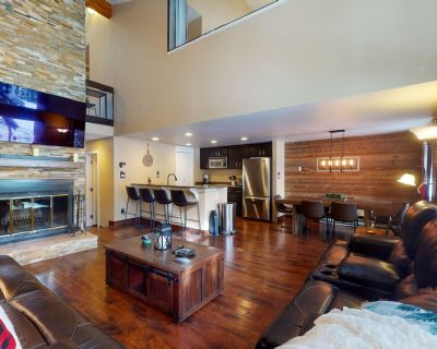 Renovated Townhome w/ Gorgeous Fireplace & Mountain View - Walk to Shuttle! - Vail