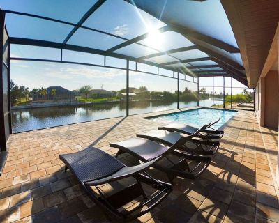 LUXURY VILLA VENICE with beautiful pool/patio on 150' canal in Cape Coral - Burnt Store