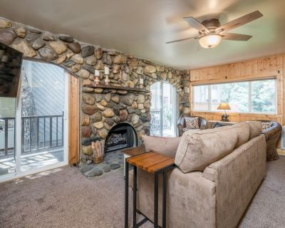 Charming Downtown Condo with Hot Tub Access -- Walk to Skiing and Restaurants - Ketchum