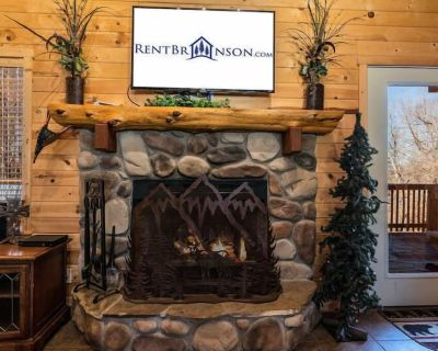 Cross Timber Lodge- 3 bedroom & loft and game tables - Best Views in entire area! Hot Tub and Grill - Branson Cedars