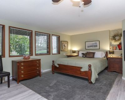 Coles Bay Vacation Retreat / Beaches, Golf, Trails - North Saanich