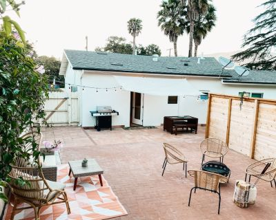 NEW Centrally located guest house, mountain views, BBQ, fire pit, large backyard - Alta Mesa