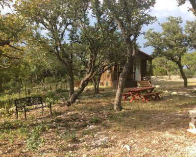 Quiet Cabin in the Country, 15 minutes from Fredericksburg, Pet Friendly - Kerrville