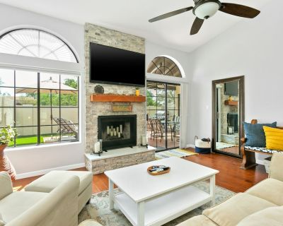Beautiful Home Close to Shopping & Dining w/Free WiFi, Shared Pool, Private W/D - La Contessa