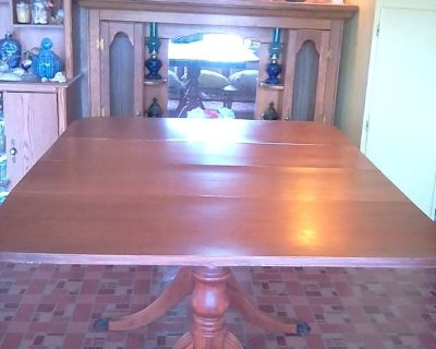 Beautiful solid wood pedestal table with leeves