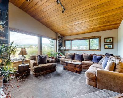 Unique, Owner-Built home w/ Rustic Touches, Patio, Deck, & a Private Hot Tub - Big Sky Meadow Village