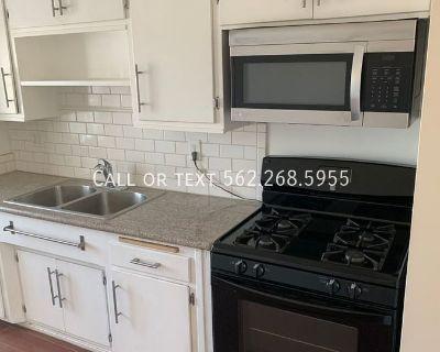 2 Bedroom/ 1 Bath Spacious Apartment in Long Beach!