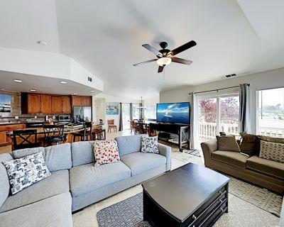 Central Home | Large Deck, Morro Rock Views | Walk to Wharf & Downtown Dining - Morro Bay