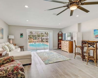 Minutes to Beach! Heated Pool on Gulf Access Canal, Beautiful Remodeled Duplex, Garage & Free WiFi! - Bonita Springs