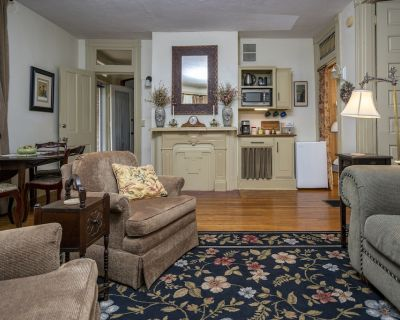 1 or 2 BEDROOM SUITE NEAR MU & STEPHENS COLLEGE - RATES $135