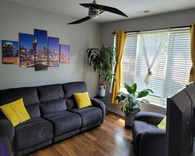minutes from downtown 3br stylishhome-free parking - Northeast Raleigh