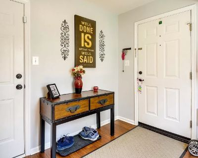 Private room with shared bathroom - Gainesville , VA 20155