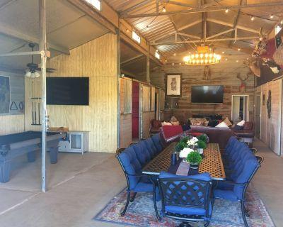 4 D Guest Ranch Barndominium on 400 acres with 300 animals & 3 stocked ponds - Waelder