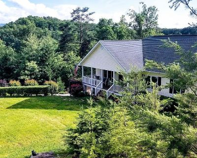 A Mountain Sunrise: Private, Premier+, Large Yard, Game Room, Gym, close to all Attractions! - Pigeon Forge