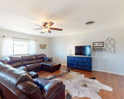 Inviting dog-friendly home w/ spacious interior, private yard, & great location! - Fredericksburg
