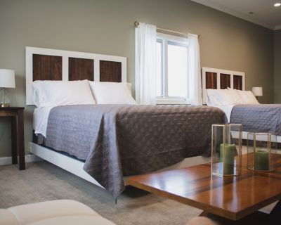 Huge double queen suite and bath in the luxurious Respite Bed and Breakfast! - Paducah
