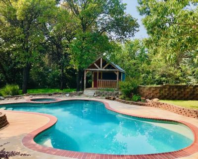 A country retreat with a private pool and stunning backyard on wooded acreage - Edmond