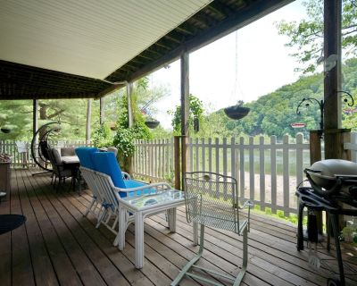 River Retreat with private apartment and deck on the beautiful Delaware River - Kingwood Township