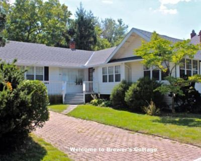 Steps from Queen Street, spacious bungalow, Brewer s Cottage - Old Town Historic District