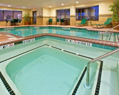 Air-Conditioned King Suite Just 15 minutes from Indianapolis International Airport | Pool + 24h Gym - Downtown Indianapolis