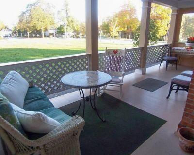 Sleeps 20! DOWNTOWN LAKE GENEVA Fully Licensed 4 Bedrm House & 2 Bedrm Cottage - Lake Geneva