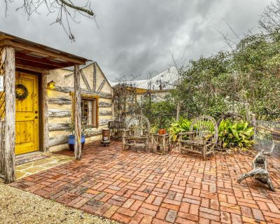 Romantic cabin with a patio - walk to restaurants, tasting rooms & more! - Fredericksburg