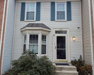 4 Levels Of Comfortable Townhome With Modern Features. - Newington
