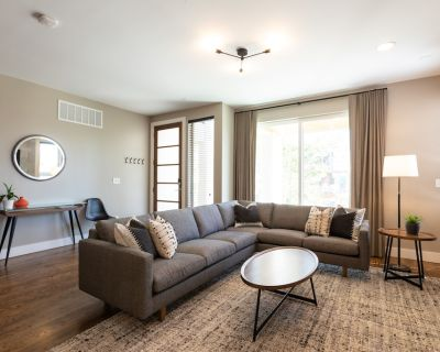 Luxurious and Clean New Home Just Blocks from Mile High Stadium! Sleeps 12+ - Jefferson Park