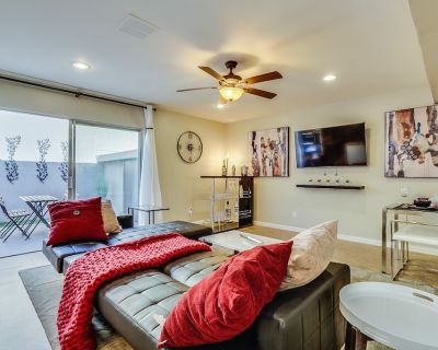 Private Retreat w/ outdoor patio, bar, common pool/hot tub, 2min to Old Town - Casita Real Apts.