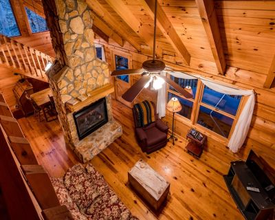 Romantic Smoky Mountain Cabin w/Firepit and Pool Table - Nantahala