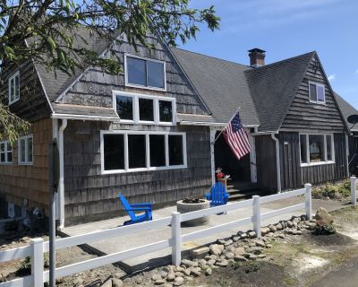 Classic western lodge: one house away from the beach and one block from golfing. - Seaside