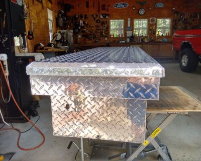 Like new condition Diamond plate tool box and half tonneau cover came off a 2002 Ford Explorer
