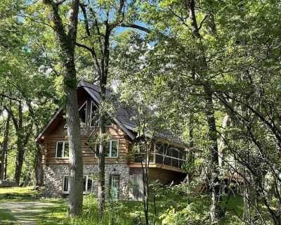 Beautiful Log Cabin Retreat on 6 Acres of Forest Only 10 Minutes to Lake Geneva. - Burlington