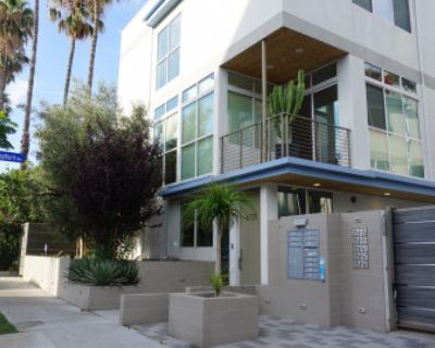 MODERN HOLLYWOOD OASIS - 4 Story Town Home with Private outfitted Roof Deck!, Los Angeles, CA