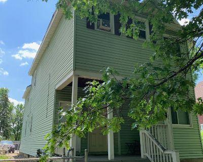 Desirable 3 bedroom duplex in convenient Dayton's Bluff neighborhood