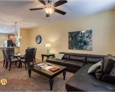 Luxurious Townhome w/ Patio, Private Garage, Full Kitchen, & Free WiFi - Orlando