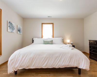2 Bedroom Apt 2 King Beds Walk to Libertyville - Libertyville