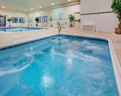Free Breakfast. Pool & Hot Tub. Near St. Francis Medical Center! - Peoria