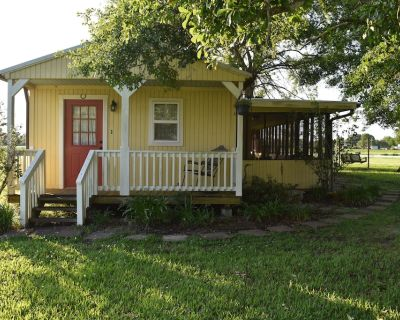 """""""My Playhouse"""" Enjoy the country views from the wrap around screened porch - Breaux Bridge"""