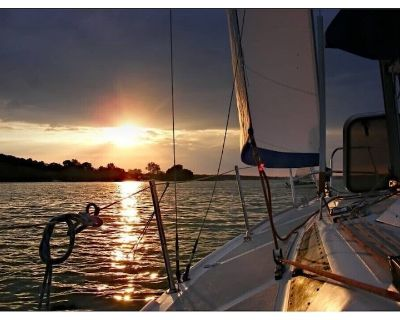 Stay Aboard Our 40-Foot Private Sailing Yacht w/ 2 Cabins private slip & AC! - Carolina Beach