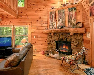 Lovely creekside cabin with hot tub, fire-pit and seasonal pool access - Pigeon Forge