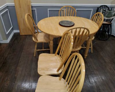 Oak farmers table. Solid oak. 6 chairs , center leaf to extend the table to fit all 6 chairs.