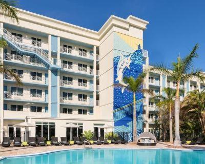 Fantastic Land and Sea Vacation! Modern Unit, Beach, Pool, Gym, Restaurant, Bar - New Town