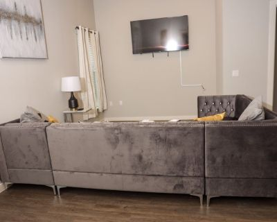 Luxury 2 Bed/ 2.5 Bath Townhome 15 Minutes From Dallas, 4 Minutes to Fort Worth - Fort Worth