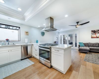 Remodeled 4bdrm with AC, Jacuzzi, foosball, roof deck, Steps to beach - Huntington Beach