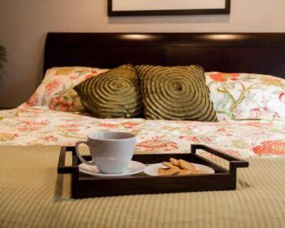 Downtown Bellevue King bed Executive Suite - West Bellevue