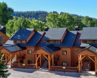 This Ski-in/ski-out, 2 Bedroom + 1 Loft Bedroom, 2 Bath Condo Sleeps 8 - Beaver