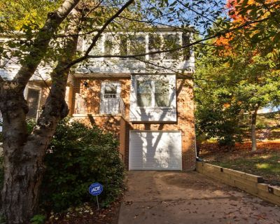 Charming Arlington Townhouse (3 Bedroom/2.5 Bath) with attached Garage - Nauck