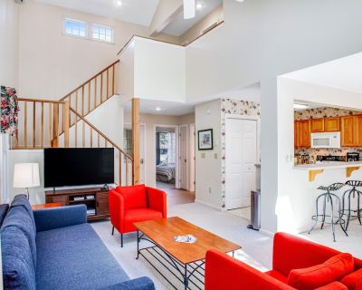 Sunny, Dog-Friendly Townhouse w/ Fast WiFi, Wood-Burning Fireplace, & Gas Grill - Camelback Mountain Resort